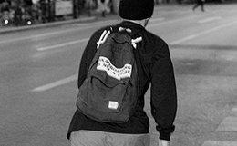 9.4折!Herschel x Santa Cruz 联名标语印花男女双肩背包